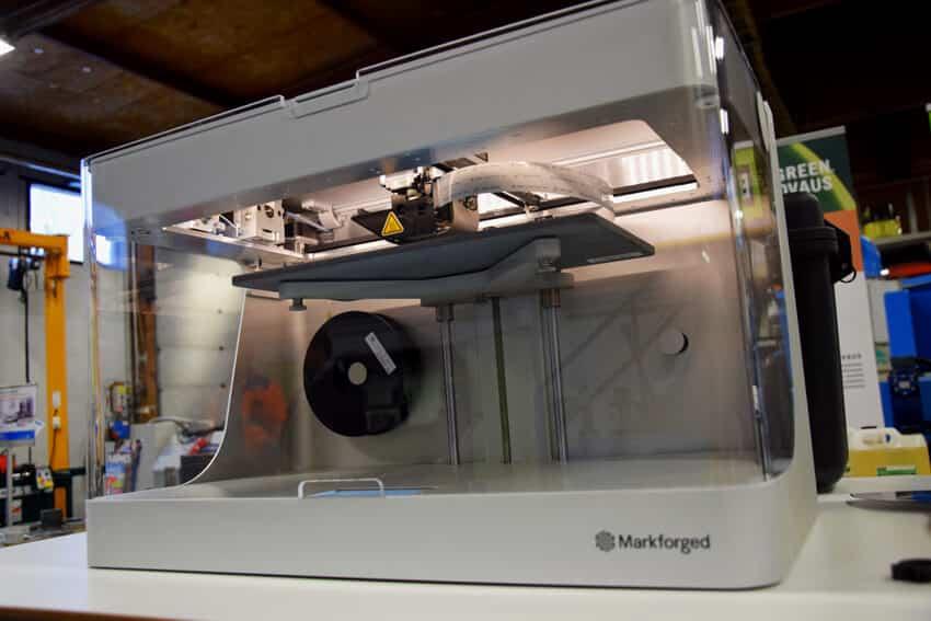 Markforgedin 3D-tulostetut pitkänhiilikuidun osat ovat alumiinia lujempia ja ne tulostuvat nopeasti sekä ovat kustannuksiltaan varsin huokeita eli usein vain joitain euroja tai kymppejä. Sovelluskohteita ovat mittaus- ja hitsausjigit, robottitarttujat, pehmeät pakkojen leuat, prototyypit, ym.