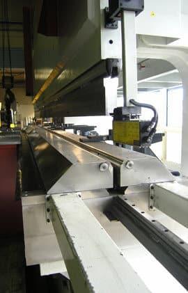 18 000 kg painavan, CNC-ohjatun, portaattomasti 60-300 mm säätyvän alatyökalun joustavuus on Olavi Hokkasen mukaan yksi Baykalin tärkeimmistä ominaisuuksista.