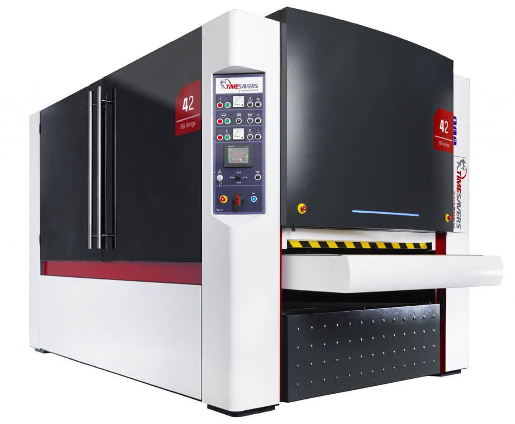 Hollantilaisen Timesaversin automaattinen leikattujen levyjenhiomakone 42 WRB 1350 tarjoaa markkinoiden parhaan jopa yli R2 levynreunan pyöristyksen myös rei'ille ja muodoille.