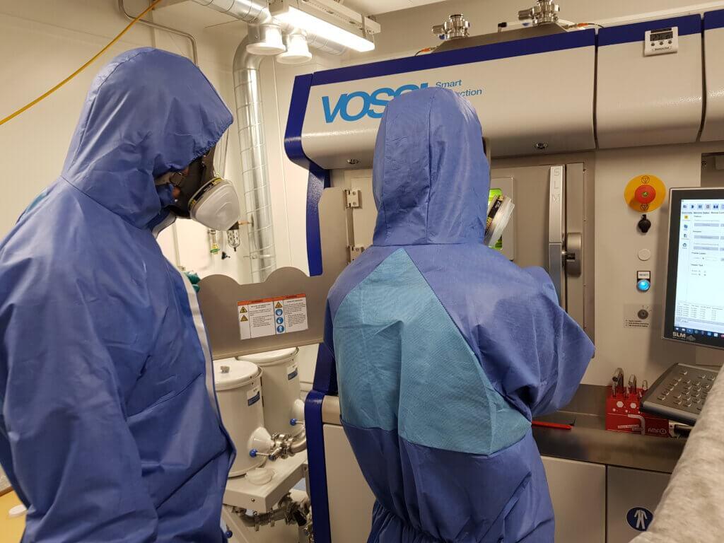 3D-metallintulostusta jauhepetimenetelmällä Savonia tuottaa Vossin toimittamalla kahdella 700W-laserilla varustetulla SLM 280 2.0 TWIN700W-laitteella, jonka tulostustilavuus on 280 x 280 x 365 mm. Lisävarusteita laitteessa ovet mm. lasersulan- ja tehonseurantajärjestelmät, 500C lämmitettävä tulostusalusta sekä nollapistekiinnitysjärjestelmä jälkikoneistuksen sujuvaan integrointiin.
