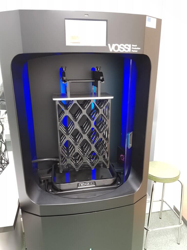 Nexa3D NXE400 tulostusnopeus on huimat 1 cm/min/35 cm³/min. Uskomattomalla laitteella pystytäänkin tulostamaan erinomaisella laadulla minuuteissa tuntien sijaan.
