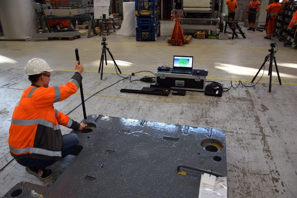Aleksi Ikonen tekee osavalmistuksen toimittaman koneistetun pohjalevyn mittatarkastusta ennen kokoonpanon aloitusta Metronorin yhdellä tai kahdella kameralla suoritettava mittaus on nopeuttanut prosessia moninkertaisesti.