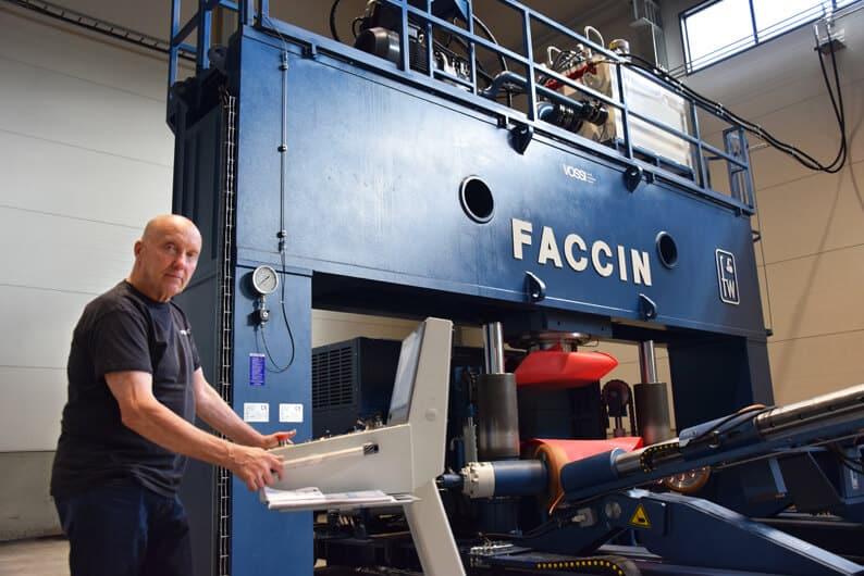 Uusi kone lisää tuotannon automaatiota ja kilpailukykyä, kertoo Markku Salminen.