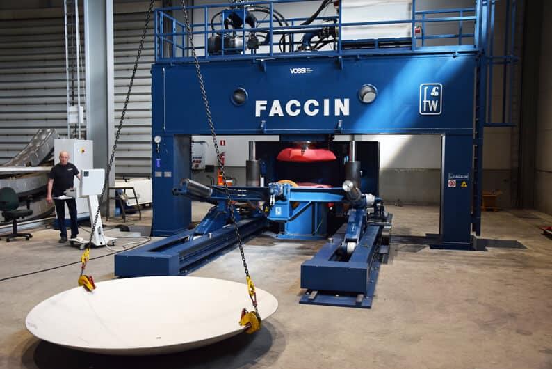 Kitakoko Faccinin PPM-sarjan puristimessa on viisi metriä, puristusvoimaa kone tarjoaa 300 tonnia.