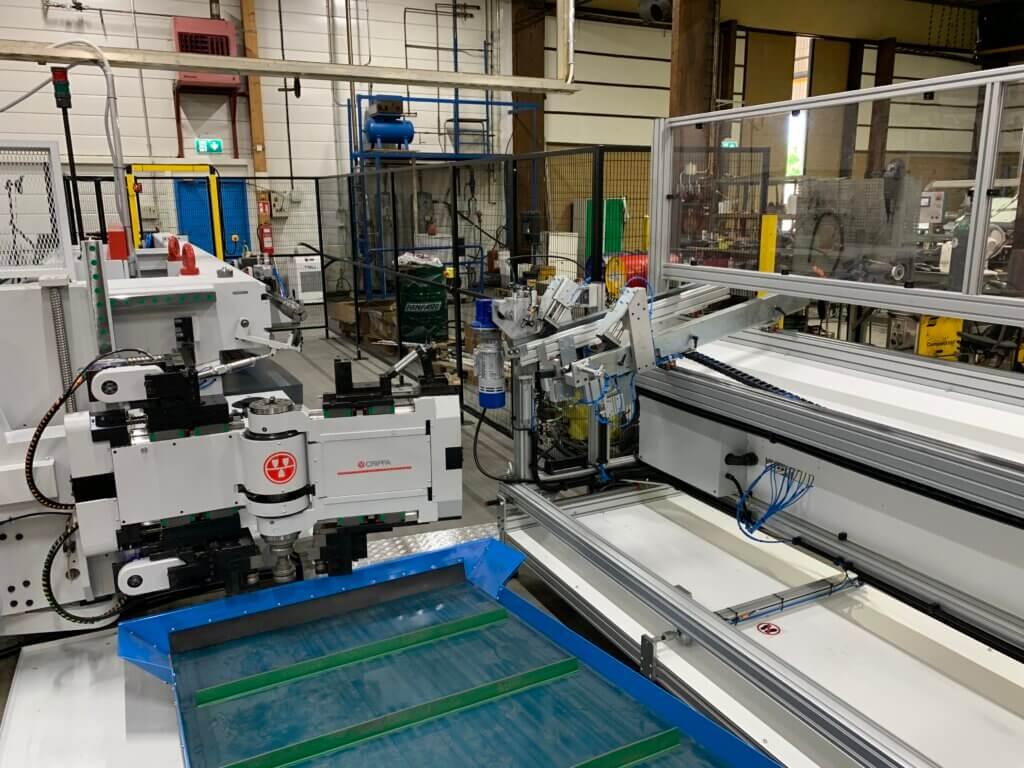Syyskuussa tuotantoon saatu uusi Crippa 1042E-taivutuskone on täysservotoiminen 10-akselinen CNC-taivutuskone varustettuna automaattisella putkenpanostajalla ja -purkujärjestelmällä.