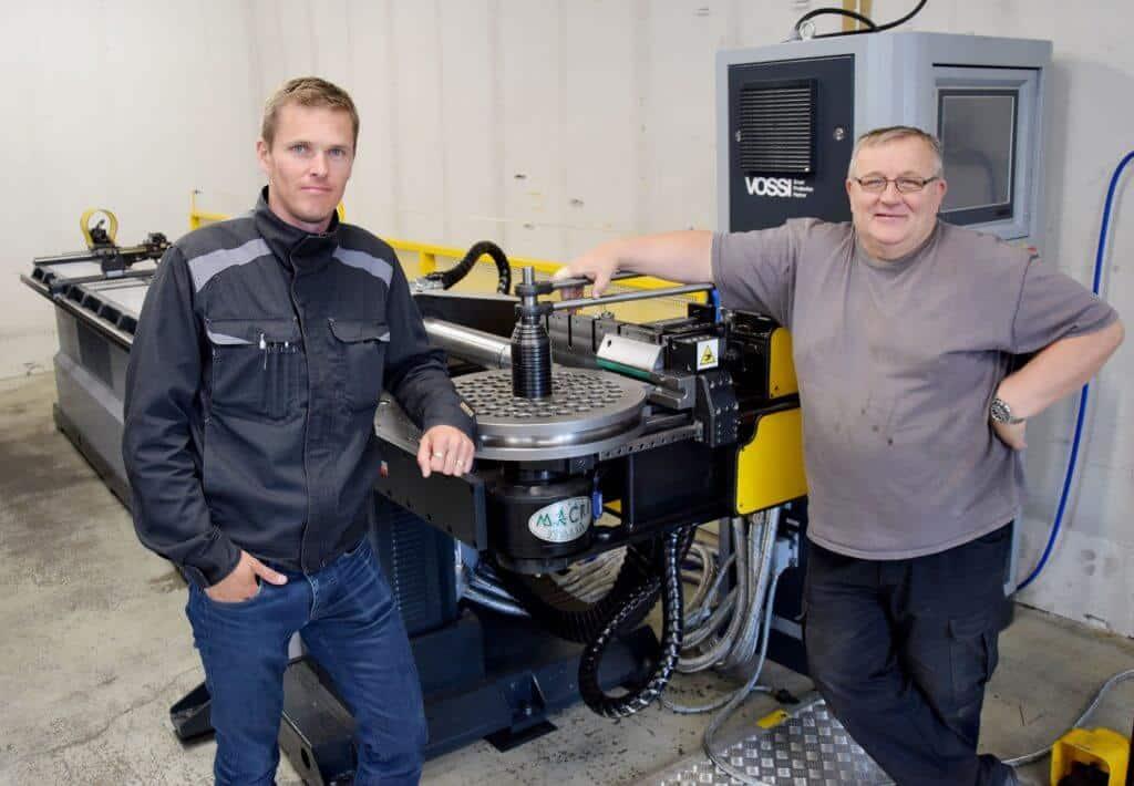 Uusi kone mahdollistaa moninaiset taivutukset, sanovat tuotantopäällikkö Kaj Haapa-aho ja Piristeelin Härsilän yksikön osastoesimies Jorma Halmesmäki.