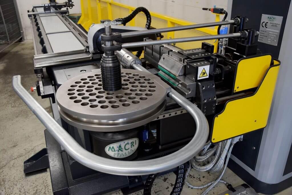 Kone palvelee jatkossa laajasti Piristeelin tuotantoa. Sillä voidaan taivuttaa esimerkiksi kuvan kaltaisia tikastuotteita.