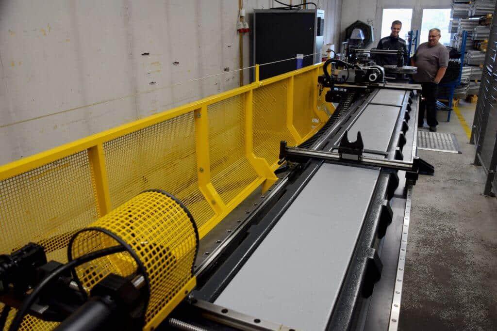 Uusi putkentaivutuskone sijoittuu Piristeelin Härsilän tuotantoyksikköön. Pituutta koneella on lähes 3,5 metriä.