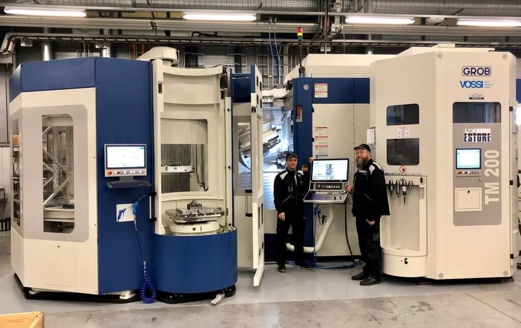 Vaakakaraisella GROB G550T 5-akselityöstökeskuksella Pro Estore on pystynyt puolittamaan kappaleiden valmistusaikoja aiempaan verrattuna. Uuden koneen ansiosta on myös jo saatu uusia töitä heti alkumetreillä. Kuvassa koneistaja Kai Tölli ja Pro Estore Oy:n toinen omistaja Vesa Konttila.