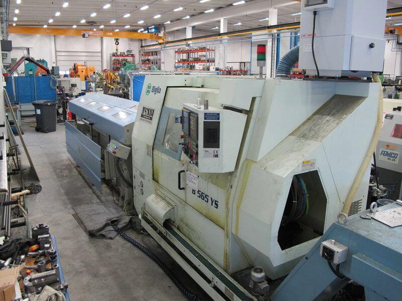 Koneistusosastolla Puristeoksella on käytössään mm. työkalukoneena Akira-Seikin pystykarainen työstökeskus sekä Femco CNC-sorvi ja kuvan pyörivillä työkaluilla varustettu 5-akselinen Biglia sorvauskeskus yhdistettyinä Top Automazioni tankomakasiineihin, jotka jauhavat kahdessa vuorossa.