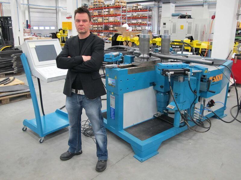 – Viimeisimpänä tuotantoketjussamme investoitiin putkenkäsittelykoneisiin. Nyt koko prosessi on automatisoituna omissa käsissämme – levytyöt, koneistus, putkenkäsittely ja hitsaus. Uusasiakashankinta onkin aktiivisesti käynnissä, kun prosessimme on nyt saatu hiottua viimeistä piirtoa myöten valmiiksi 24/7 tuotantoa silmällä pitäen, sanoo toimitusjohtaja Ville Mäenpää juuri konearsenaaliin saadun Thoman CNC-rullataivutuskoneen äärellä.