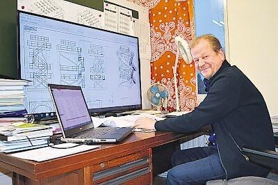 Raskasta koneistusta Raahesta. Pertti Kastellin apuna tarjouslaskennassa on paitsi iso näyttö, vuosikymmenen kokemus.