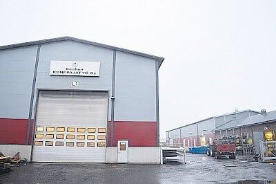 Raahen Konepajatyö toimii lähellä Raahen keskustaa. Kuvassa lähinnä on levytyöhalli, taaempana näkyvät uudet koneistustilat.