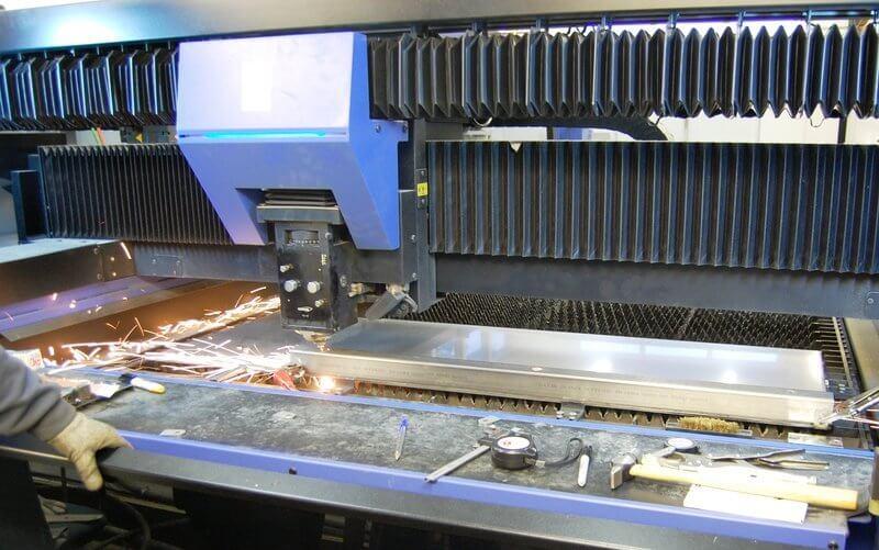 Myös haponkestäviin putkiin saadaan todella nopeasti ja siististi reiät uudella Hankwang FS3015 4kW tasolevylaserilla – Sädeaika saadaan paremmaksi, kun tehdään monipuolisesti töitä aina kun koneella on vapaata, Toni Pesonen painottaa.