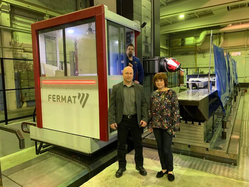 – Tämän uuden Fermatin mukanaan tuoman lisäkapasiteetin myötä haluamme laajentaa asiakaskuntaamme. Kannattaakin ottaa meihin yhteyttä ja hyödyntää uuden, maailman huippua edustavan Fermatin tehokasta valmistuskapasiteettia, kehottaa yrittäjäpariskunta Timo Paananen ja Hanna Auvinen. Fermatin komentokeskuksessa taustalla CNC-koneistaja Mika Hokkanen.