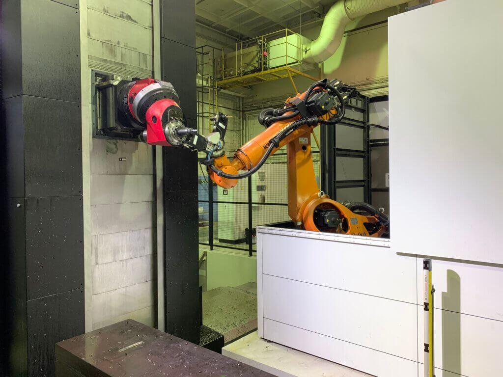 Automaattinen työkalunvaihto robotilla käynnissä. RTA-Metallin Fermatissa on 105 työkalun makasiini.