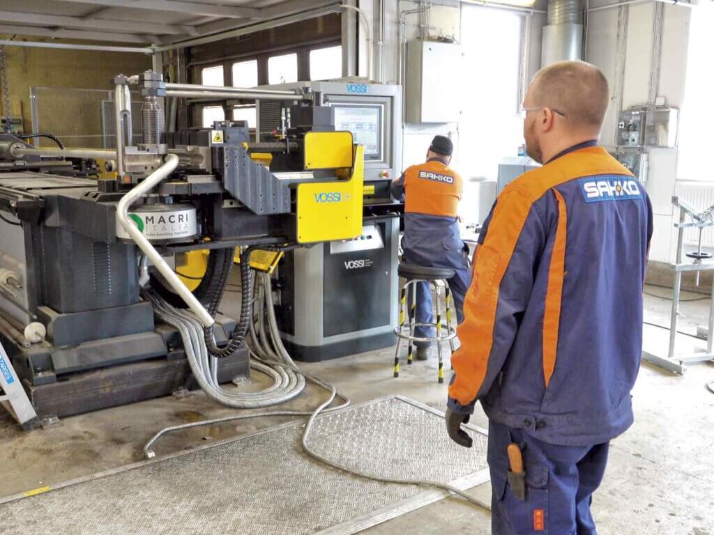 Macri Provar 6-90 CNC-putkentaivutuskone on ollut Sah-Ko Oy:n tuotannossa reilun vuoden verran. Kone on tuonut selkeää tehokkuutta yrityksen tekemiseen ja monessa kohtaa aiemmin putkikäyrillä toteutetut valmisteet tehdään nyt taivuttamalla. Macri on poikinut Sah-Ko Oy:lle myös uusia asiakkuuksia.