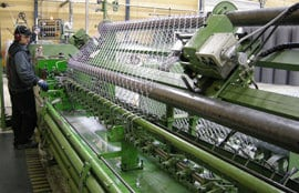 Saher-Aidoilla on koko prosessi omassa hallinnassaan; verkon kudonta, sinkityn langan muovitus ja porttien valmistus toteutetaan monipuolisella konekannalla omissa tuotantotiloissa.