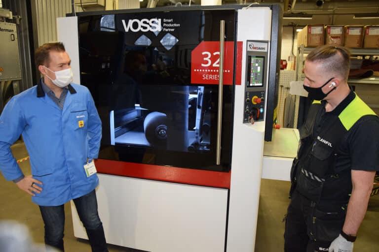 Uusi kuivaprosessin kone Sievin viimeistelytoimintoihin. Koneen edessä Juha Pokela ja Ari Haikonen.
