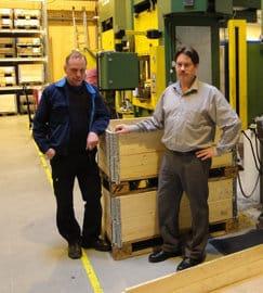 Laatupäällikkö Jyrki Leino (vas.) ja tekninen johtaja Mauno Suominen ovat tyytyväisiä öljyttömään Irmco metallinmuovausaineeseen alumiinisten auton korin vahvikeosien valmistuksessa, joiden vuosivolyymi yli kymmenentuhatta kappaletta.