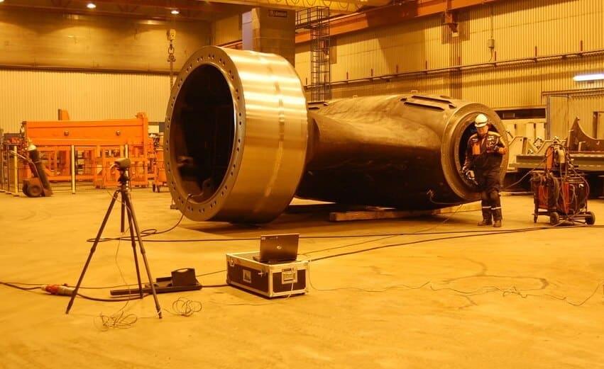"""– Näkemykseni mukaan turvallinen valmistus tarkoittaa uusinta teknologiaa valmisprosessissa. Esimerkiksi Bomar sahalinjaan valitsimme öljyttömän Irmco mikrovoiteluaineen, jonka ansiosta työympäristöön sahauksessa muodostuvat """"käryt"""" pienenivät merkittävästi, sanoo Leivo."""