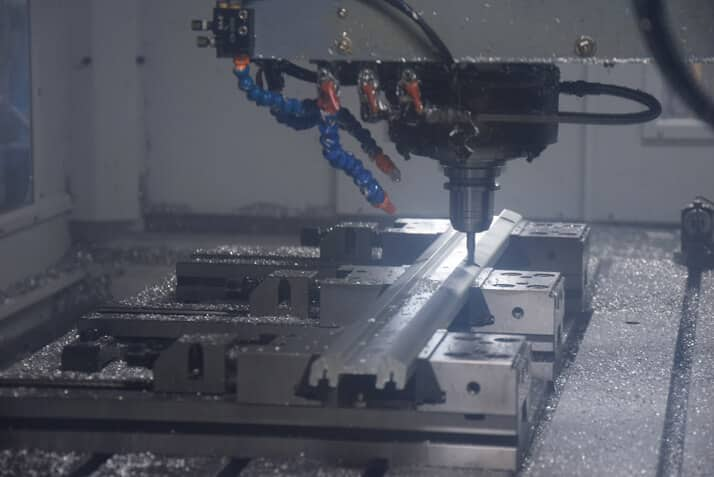 Alumiinin koneistusta uudella SV 2060:lla. Työtilan koko mallissa on X/Y/Z 2060/850/815 mm.
