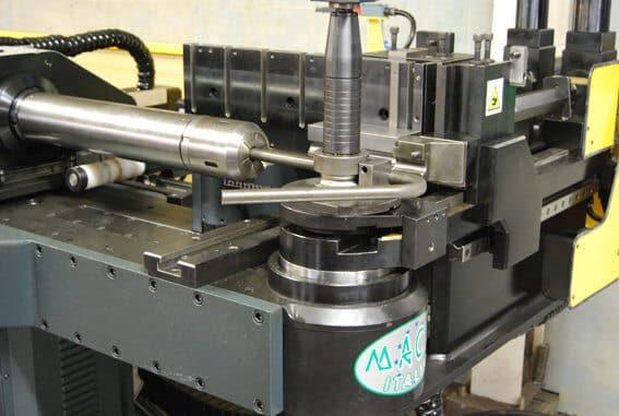 Koneessa on kuusi servo-ohjattua akselia. Sen myötä voidaan taivuttaa putkia mm. huonekaluteollisuuden ja koneenrakennuksen tarpeisiin.