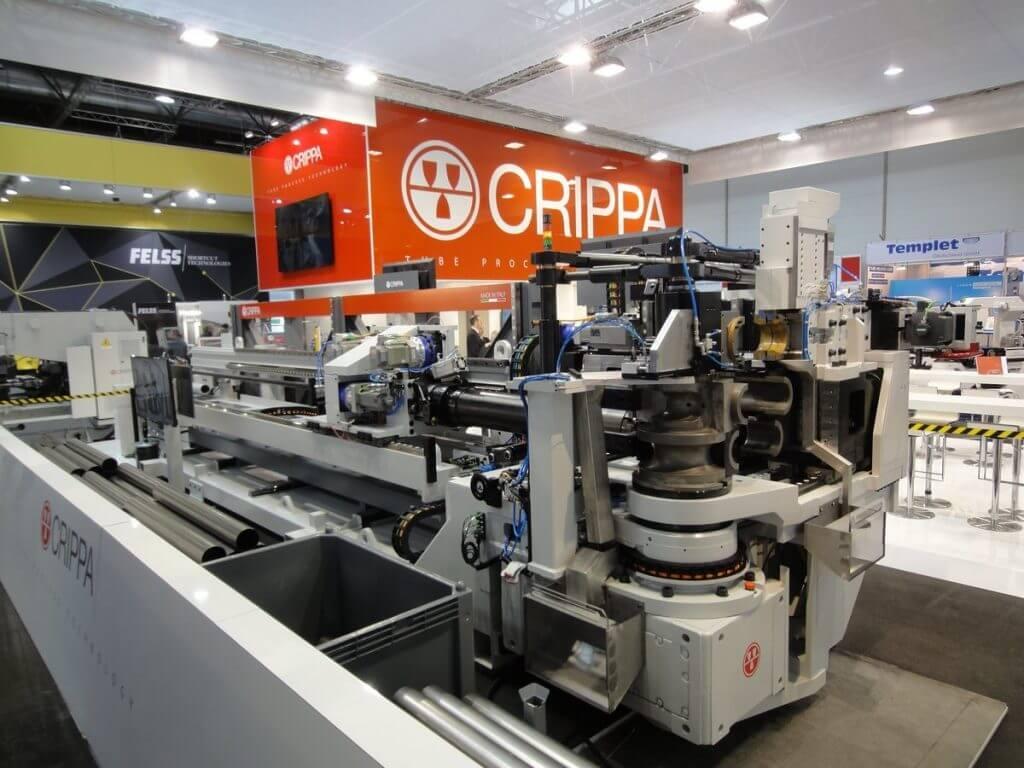 Italian vanhin putkentaivutus- ja päänmuovauskonevalmistaja Crippa esitteli mallistonsa järeimpään päähän uuden kokoluokan 225HE maks. Ø 225 mm täysservotoimisen CNC-putkentaivutuskoneen, jonka pikkuveli 150HE oli näytillä osastolla.