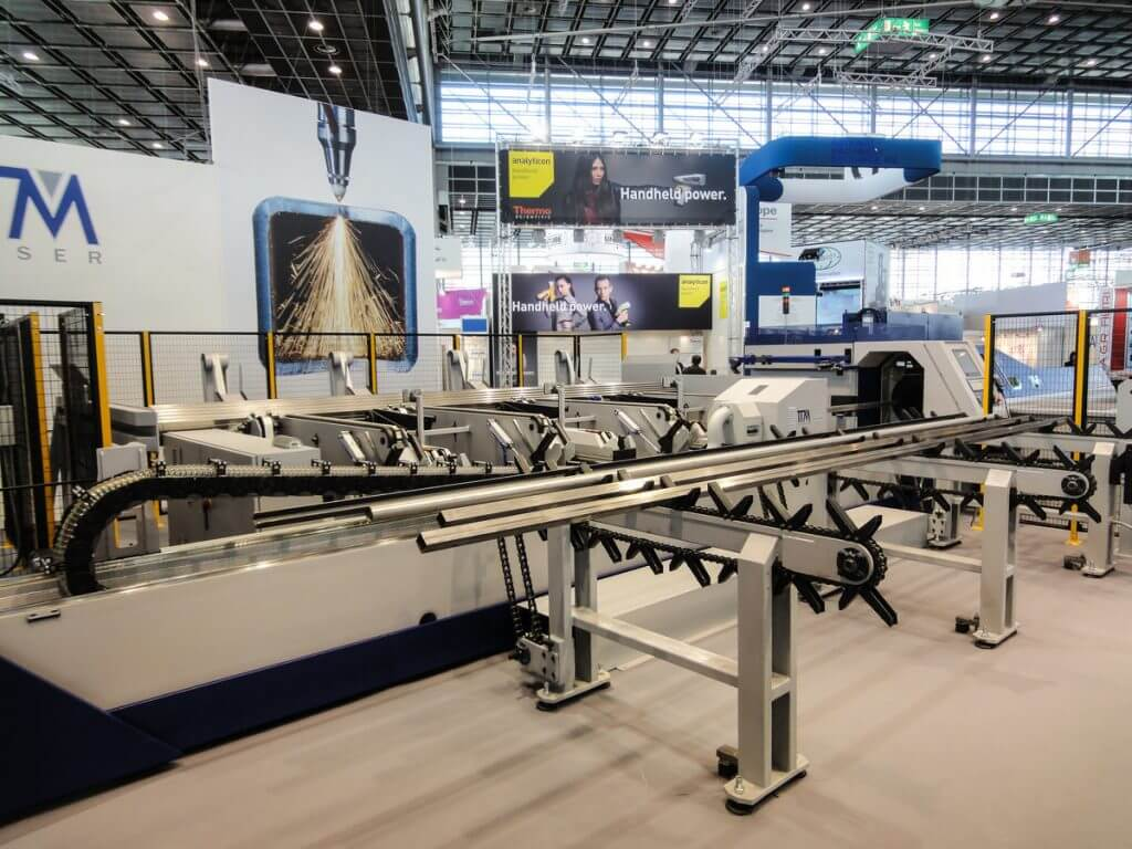 Helppokäyttöisellä ja turvallisella TTM FL170 3D FIBER putkilasersolulla onnistuu pyöreät putket Ø 12-168 mm ja neliöputket 15x15-120x120 mm asti. Täysin automaattisen solun aihioputkien lataus on saatavissa maks. 12,5 m putkille.