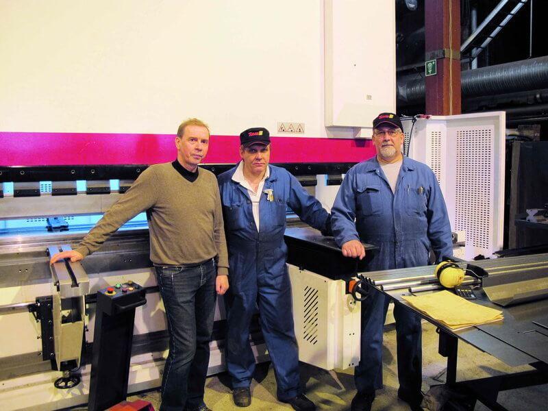 Tuotantopäällikkö Erkki Kainulainen ja Baykalin pääkäyttäjät Hannu Weck sekä Pertti Aitto-oja ovat tyytyväisiä uuteen koneeseen. Baykalin myötä tuottavuus ja työergonomia ovat parantuneet.