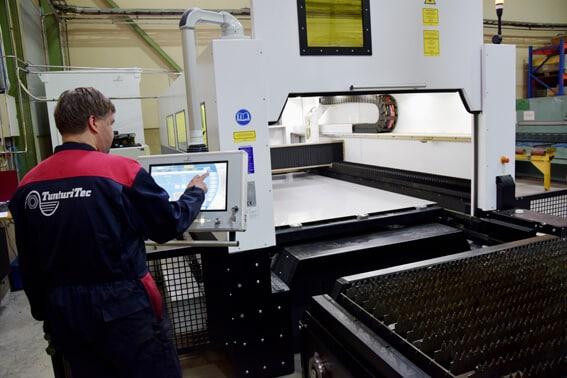 Työalue TunturiTecin Eagle eSmartissa on 1500x3000 mm. Ohjauksella kuvassa laserleikkaaja Joni Ahlsten.