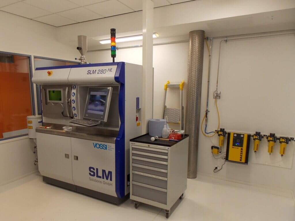 Kahdelle SLM 280 TWIN 400W 3D-metallitulostimelle rakennettiin oma tuotantotila puhtauden varmistamiseksi.