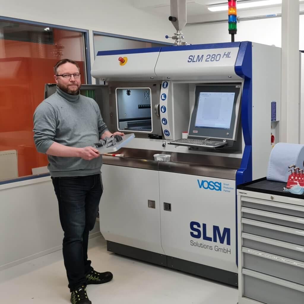 Turun ammattikorkeakoulu on hankkinut kaksi SLM280 TWIN400W 3D-metallitulostinta ainetta lisäävän valmistuksen osaamiskeskukseen, joka on muodostettu osana Multicomponent Materials Centre of Expertise for Additive Manufacturing (MMAM) -hanketta. Käänteisellä kilpailutuksella käytettyinä hankitut koneet tulevat palvelemaan ainetta lisäävän valmistuksen tutkimusta ja koulutusta. Kuvassa Pekka Törnqvist.