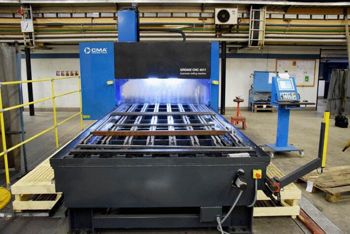 CMA:n koordinaattipora/kierteityskoneessa X-liike on 4500 mm ja Y 1750 mm.