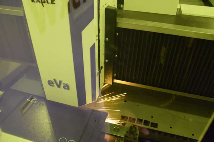 Leikkauspää Eaglen koneissa on eVa, valmistajan oma innovaatio. Kuvassa ruostumaton teräs, 20mm.