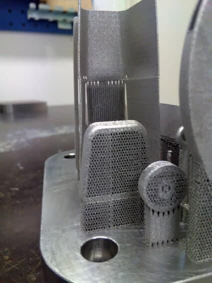 Työkaluissa on runsaasti pieniä yksityiskohtia, kuten lanka- ja ilmaputkia.
