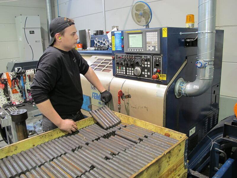 Femco irrotti VirKoneistuksen ensimmäiset lastut ja on toiminut luotettavana työjuhtana kovankin paineen alla. Kuvassa konetta valvoo nuoren osaavan tiimin jäsenistä koneistaja Samuli Kellomäki.