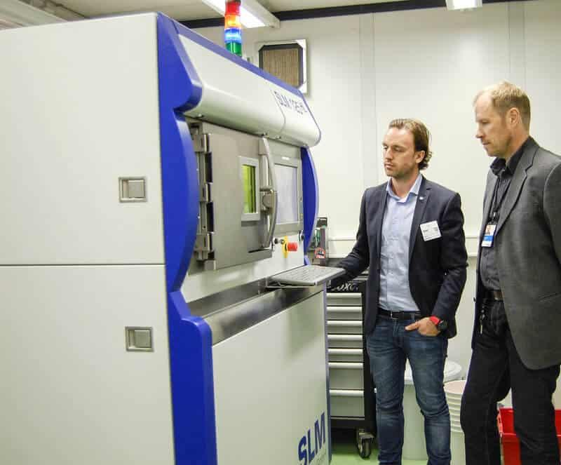 VTT on tehnyt alkuvuodesta lähtien asiakastöitä SLM Solutions 125 HL metallien 3D-tulostimella. Konetta ihastelevat VTT:n tutkimusryhmän vetäjä Pasi Puukko (oik.) ja Vossi Groupin liiketoiminnan kehitysjohtaja Marko Vossi.
