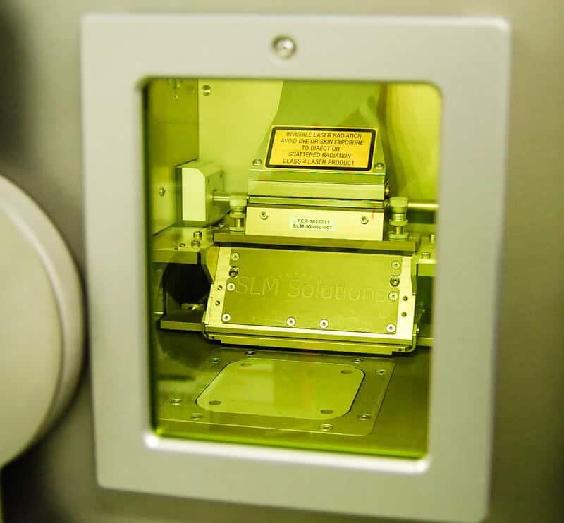 VTT:n koneen kasvatusalustalle pystytään tulostamaan maksimissaan 125x125x100 mm kappaleita. SLM Solutions valmistaa myös kahta suurempaa mallia SLM 280 HL (280x280x350 mm) ja SLM 500 HL (500x280x325mm).
