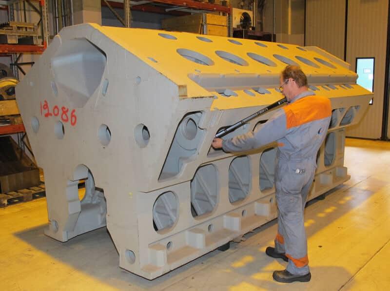 Metronor DUO 3D-kameramittausjärjestelmällä valulohkoja mittaamassa Reijo Luhtala.